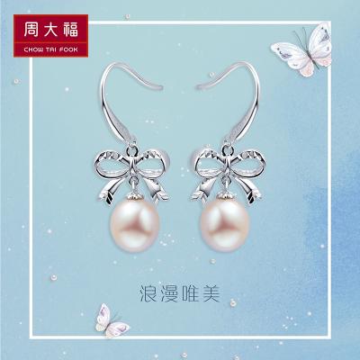 周大福(CHOW TAI FOOK)淡水珍珠浪漫蝴蝶結925銀耳環 耳飾/珍珠 AQ32608