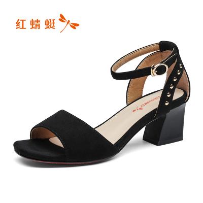 紅蜻蜓涼鞋夏季魚嘴女鞋舒適粗跟中跟時尚鉚釘一字扣磨砂絨面工作皮涼鞋